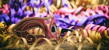 Carnaval-masker op kleurrijke onduidelijk beeldachtergrond Stock Afbeelding
