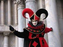 Carnaval : masque de joker devant des piliers Image libre de droits
