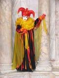 Carnaval : masque entre les piliers Images libres de droits