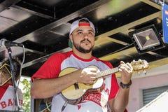 Carnaval populaire brésilien de rue avec la musique de samba Images stock
