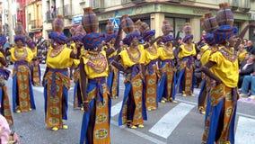 Carnaval tradicional em uma cidade espanhola Palamos em Catalonia Muitos povos no traje e em dança interessante da composição na  video estoque