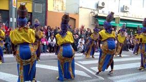 Carnaval tradicional en una ciudad española Palamos en Cataluña Mucha gente en traje y el baile interesante del maquillaje en la  almacen de metraje de vídeo