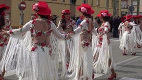 Carnaval tradicional en una ciudad española Palamos en Cataluña Mucha gente en traje y el baile interesante del maquillaje en la  almacen de video