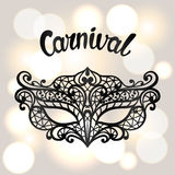 Carnaval-uitnodigingskaart met zwart kantmasker De achtergrond van de vieringspartij Stock Fotografie