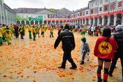 Carnaval van Ivrea. De slag van sinaasappelen. Royalty-vrije Stock Foto's