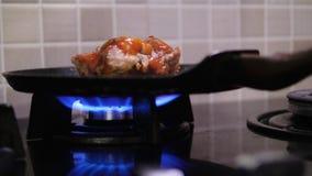 A carne é fritada em uma bandeja vídeos de arquivo