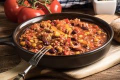 Carne жулика Chili в лотке глины Стоковая Фотография