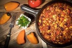 Carne жулика Chili в лотке глины Стоковые Фотографии RF