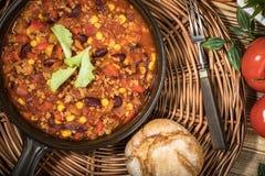 Carne жулика Chili в лотке глины Стоковая Фотография RF