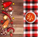 Carne жулика Chili супа на деревянной предпосылке окруженной vegetabl стоковые изображения
