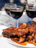 Carne adobada asada a la parilla de la barbacoa con el vino rojo Imagen de archivo libre de regalías