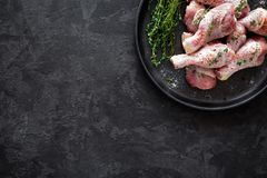 Carne adobada cruda del pollo, piernas de pollo, visión superior Foto de archivo
