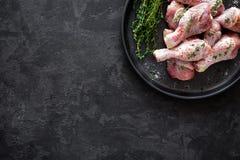 Carne adobada cruda del pollo, piernas de pollo, visión superior Fotos de archivo