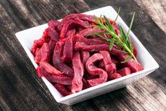 Carne affettata manzo uncocked fresca, rosmarino immagini stock