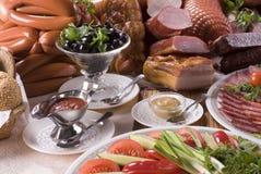 Carne affumicata, salsiccie differenti e verdure Immagine Stock