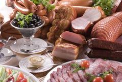 Carne affumicata, salsiccie differenti e verdure Immagini Stock