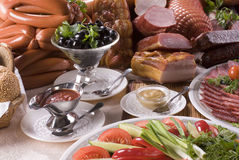 Carne ahumada, diversas salchichas y verduras Imagen de archivo