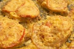 Carne al forno con i pomodori ed il formaggio, struttura del fondo vicino su fotografie stock