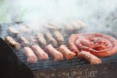 Carne arrostente col barbecue sull'immagine del primo piano del fuoco del carbone Fotografie Stock Libere da Diritti