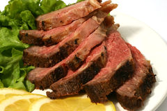 Carne arrostita affettata su lattuga Immagini Stock