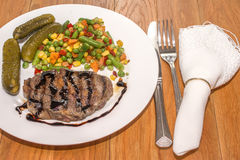 Carne arrostita appetitosa con le verdure arrostite Immagine Stock