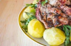 Carne arrostita col barbecue con le patate e le verdure bollite Immagini Stock