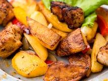 Carne arrostita con le patate, ojaxuri, caldo in georgiano su una tavola di legno Vista superiore fotografia stock libera da diritti