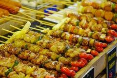 Carne arrostita da vendere al mercato di strada fotografie stock