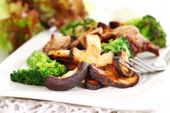 Carne arrostita del porco con i funghi di shiitake Fotografia Stock Libera da Diritti