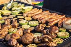 Carne arrostita deliziosa assortita con la verdura sopra i carboni su un barbecue Fotografia Stock Libera da Diritti