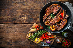 Carne arrostita dell'agnello con le verdure sulla leccarda Fotografie Stock Libere da Diritti
