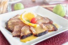 Carne arrostita della bistecca della fetta con la salsa del limone Fotografia Stock Libera da Diritti