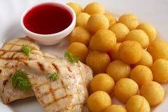 Carne arrostita, palle del formaggio e salsa di mirtillo rosso Immagini Stock