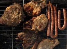 Carne arrostita, salsiccia, bistecca, alimento reale per gli uomini reali fotografia stock