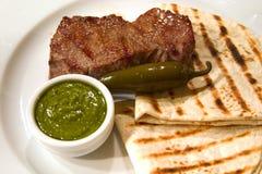 Carne asada con flatbread Fotos de archivo libres de regalías