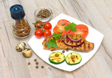 Carne asada con las verduras en una placa blanca y los huevos de codornices Imagen de archivo libre de regalías