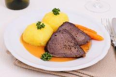 Carne asada de carne de vaca con dos bolas de masa hervida en salsa del cazador Imágenes de archivo libres de regalías