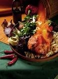 Carne asada de cerdo con las verduras frescas y la ensalada en un plato de cerámica Imagenes de archivo
