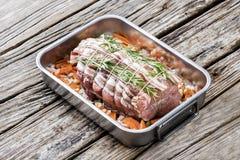 Carne asada del lomo de cerdo con la red, guarnici?n de las verduras fotos de archivo libres de regalías