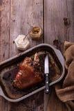 Carne asada Eisbein con la mostaza y el rábano picante, espacio de la copia fotos de archivo libres de regalías