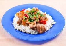 Carne asada a la parilla con los vehículos y el arroz Foto de archivo libre de regalías