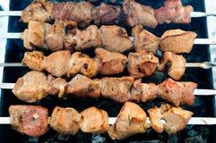 Carne asada a la parilla en los pinchos Imagen de archivo