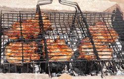 Carne asada a la parilla que prepara la barbacoa Fotografía de archivo libre de regalías