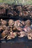 Carne, asada a la parilla sobre el carbón de leña Fotografía de archivo