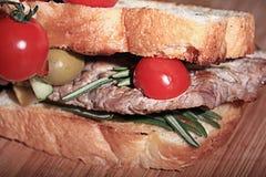 Carne asada a la parrilla con la porción del restaurante de la tostada Fotografía de archivo libre de regalías