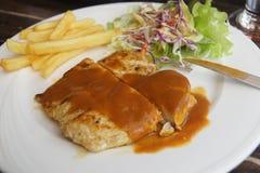 Carne asada a la parrilla con las patatas fritas Foto de archivo