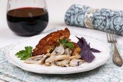 Carne asada a la parrilla con las setas y el vino rojo Foto de archivo libre de regalías