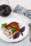 Carne asada a la parrilla con las setas y el vino rojo Fotografía de archivo libre de regalías