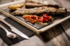 Carne asada a la parrilla con las verduras asadas a la parrilla fotografía de archivo