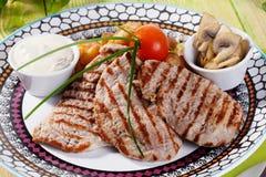 Carne asada a la parrilla con las verduras y la vida de la salsa cremosa aún Fotografía de archivo libre de regalías